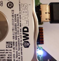 Vue du disque WDLabs en fonctionnement. Une LED bleue indique l'accès au disque