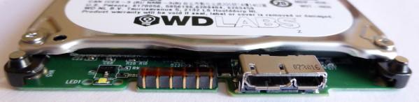 Extrémité du disque dur. On voit le connecteur qui va recevoir la prise (alimentation et USB)