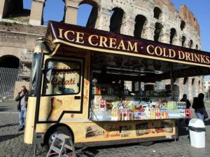 Camion bar davanti al Colosseo