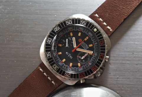 The Roamer Stingray Chrono Diver normally sits on a Gay Freres bracelet but it pairs well with a strap