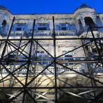 Carlos Garaicoa, scaffolding outside Spanish embassy
