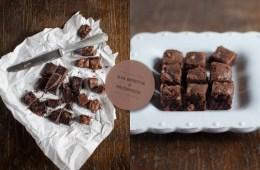Quadratini di cioccolato nero con gocce di cioccolato bianco
