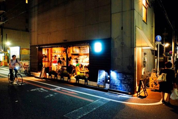 Fujifilm X-T1 + XF 16-55mm WR, @16 mm, F2.8, ISO 2000, 1/40 sec, hand-held. Downtown, Kyoto, Japan.