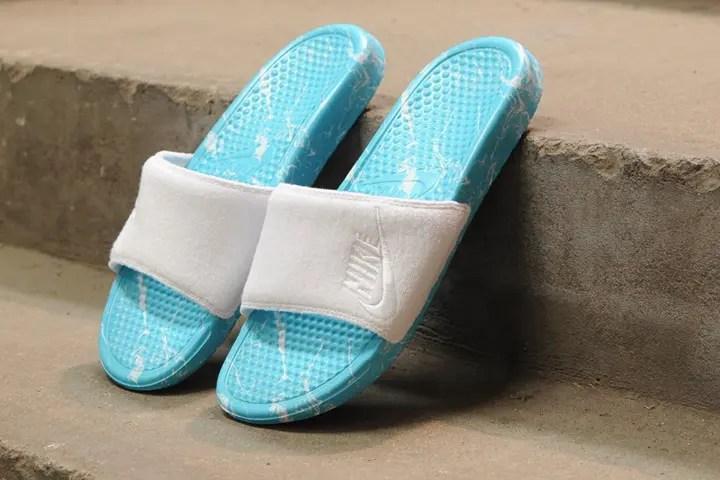太陽に照らされたプールの様なナイキ ベナッシ JUST DO IT プールパックが発売! (NIKE BENASSI JDI POOL PACK QS)