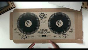 Cajas de Pizza Hut convertidas en controladoras DJ