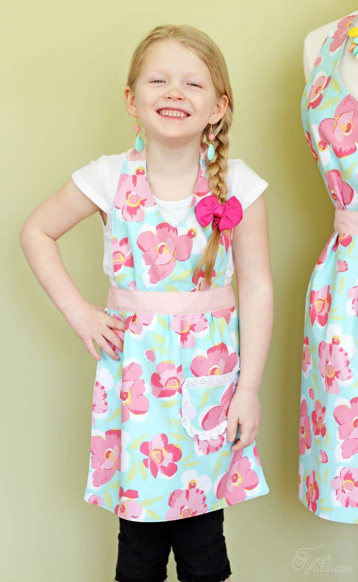 Free apron pattern in child and adult- perfect for beginners
