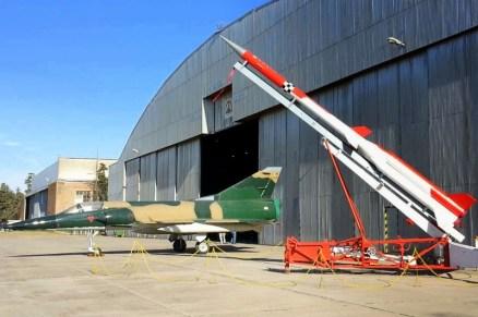 Uno de los Deltas que se conservan en el ARMACUAR y un cohete FAS 1500 del Instituto Universitario Aeronáutico (foto: Mauricio Chiófalo).