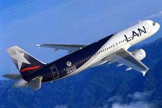 La primera manifestación aeronáutica de la copa fue esta maqueta de un Airbus A320 que LAN Airlines reveló a fines de enero. Nótese la sutil diferencia entre este anticipo y la forma en que las calcas se aplicaron finalmente en la flota de la multinacional chileno-brasileña (foto: LATAM Airlines).