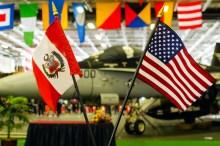 La visita del George Washington al Perú estuvo rodeada de gestos sociales y diplomáticos, tal como se aprecia en esta unión de banderas que dan marco al F/A-18C Hornet del jefe del escuadrón VFA-34 Blue Blasters (foto: Bryan Luna/Aviación Peruana).