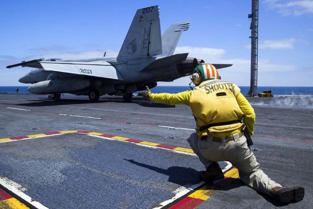 Recién ingresado a aguas territoriales chilenas, un F/A-18E Super Hornet del escuadrón VFA-137 inicia la carrera de despegue tripulado por el teniente Keith Ferrell (foto: U.S. Navy / Mass Communication Specialist 3rd Class Bryan Mai).