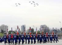 Aunque lejos de los 32 Vipers que sobrevolaron la Parada de 2013, los 12 de 2015 fueron igualmente impresionantes. En la imagen se los aprecia sobrevolando los estandartes de las unidades de combate de la FACH a su paso por la elipse del Parque O'Higgins (foto: Ministerio de Defensa Nacional de Chile).
