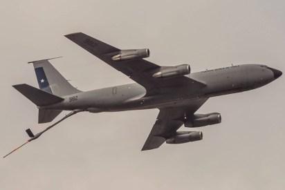 El KC-135 982 sobrevuela la revista preliminar con su sonda de reaprovisionamiento en vuelo desplegada (foto: Alejandro Ignacio Rivas Figueroa).