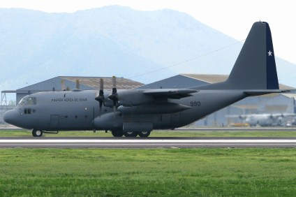 Decolando para su primera parada militar, el KC-130H Hercules 990 del Grupo 10 (foto: Luis Quintana).