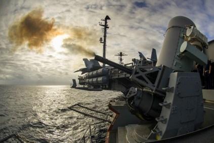 Artilleros realizan una prueba de tiro real con el cañón Phalanx delantero del USS George Washington (foto: U.S. Navy / Mass Communication Specialist 3rd Class Bryan Mai).