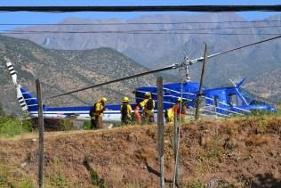 Terminada su labor, los brigadistas de CONAF se concentran frente al Bell 212 preparándose para la partida (foto: Kenneth Brown).