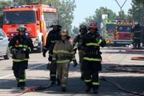 El grueso del trabajo lo realizaron, como habitualmente sucede, los bomberos de a pie. En la imagen, voluntarios de la 15a. Compañía de Bomberos de Santiago, mejor conocida como la Bomba Alemana de Las Condes (foto: Carlos Ay).