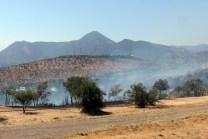 Sofocado el incendio, desde la cima del Cerro Apoquindo se aprecian una cantidad de humo residual, el Cerro Calán y, más al fondo, el Cerro Apoquindo (foto: Carlos Ay).