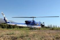 Tras embarcar a los brigadistas de CONAF que contribuyeron a sofocar el incendio del Cerro Apoquindo, el Bell 212 inicia la puesta en marcha desde el terreno baldío o sitio eriazo en el cual permaneció de guardia (foto: Carlos Ay).