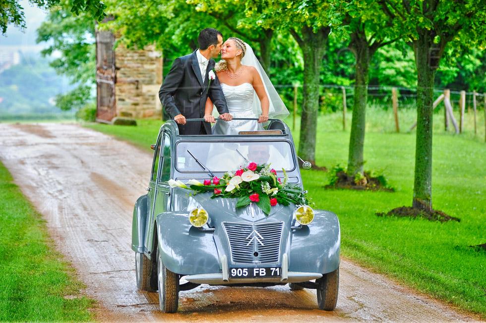 Photo des mariés en voiture