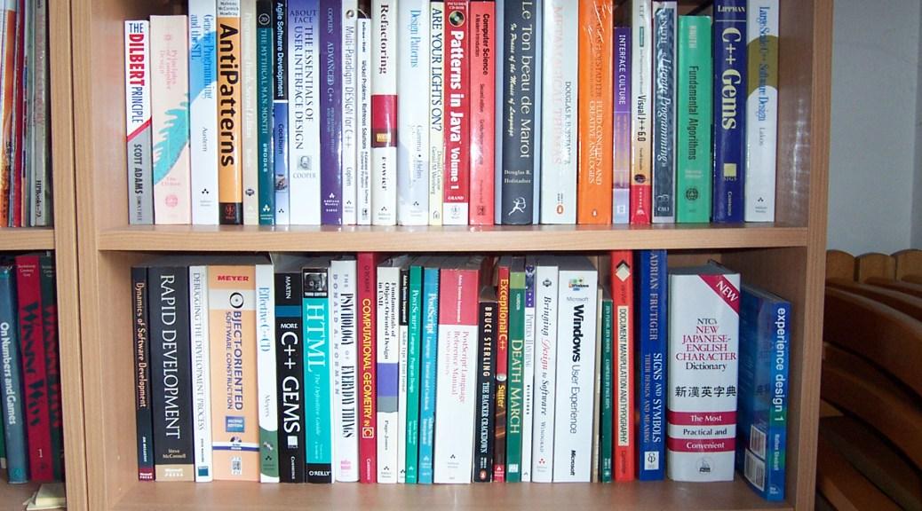 Programerska polica sa knjigama - Howard Chalkley via Flickr (CC BY-NC-ND 2.0)