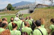 Il gruppo si avvia per la passeggiata botanica urbana