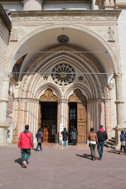 ingresso porta basilica san francesco assisi
