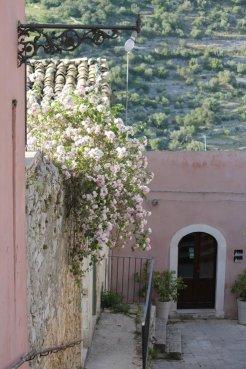 ragusa ibla fiori vicoli