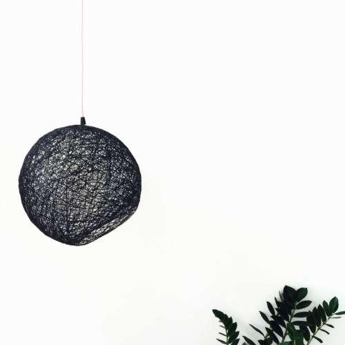 Lámpara de techo negra hecha a mano de hilo