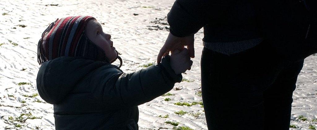 comportamento responsabile bambino che guarda con fiducia adulto