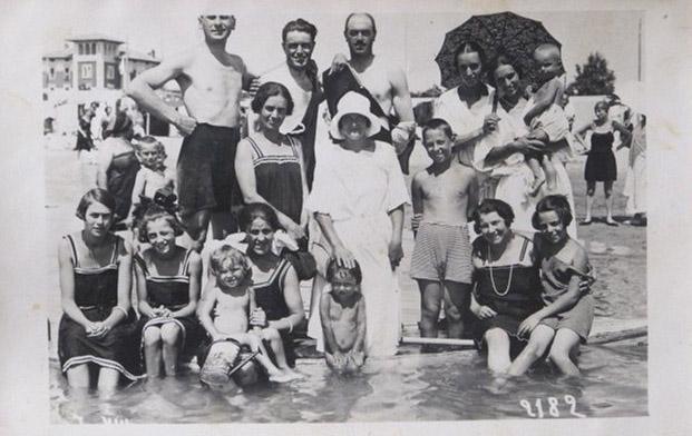 Grado 1924 – zii e cugini Menon e amici