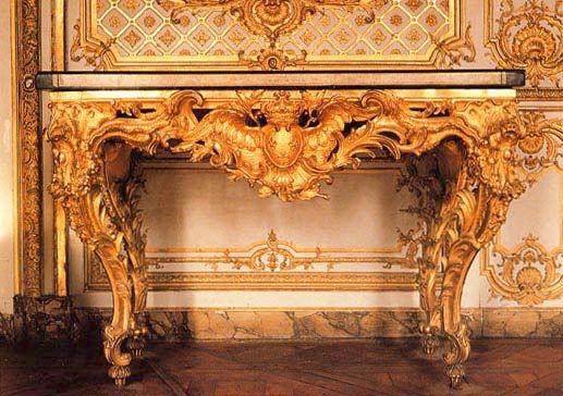 Console des frères Slodtz – milieu du XVIIIe siècle – Château de Versailles – Cabinet de la pendule. Les meubles mais aussi les boiseries dorées font appel à la colle de peau de lapin pour les enduits.