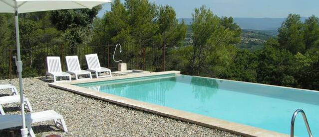 La piscine privative à débordement avec vue sur la vallée