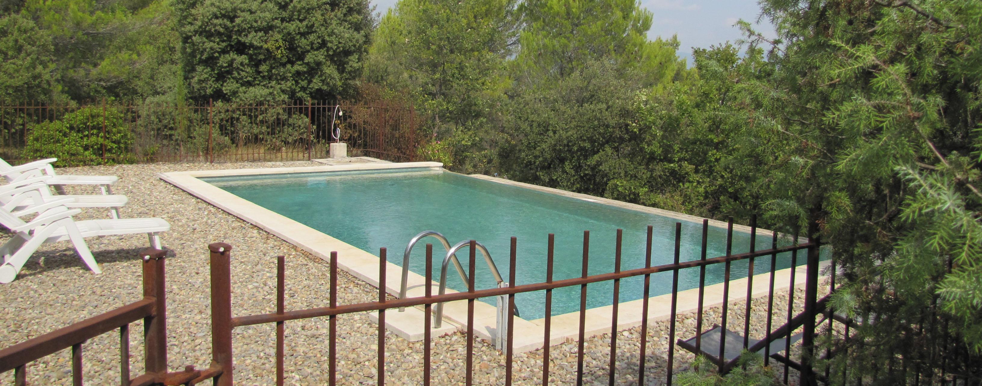 La piscine à débordement sécurisée