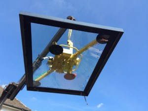Structural glass rooflight lift with glass vacuum lifters