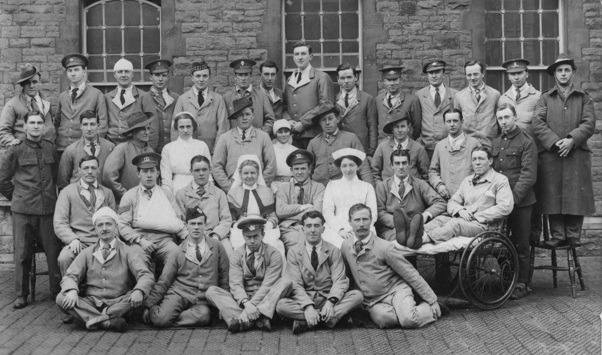 Anne Gibson with group of patients and nurses Beaufort Hospital 1915