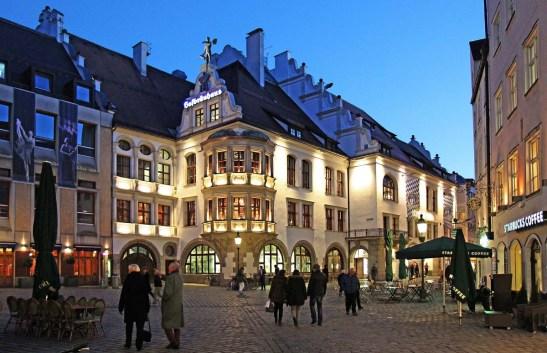 Das Hofbräuhaus hält die Tradition hoch ... (Photo: Werner Boehm)