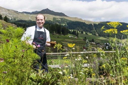 Der Chefkoch in seinem Kräutergarten (Photo: © Arnt Haug)