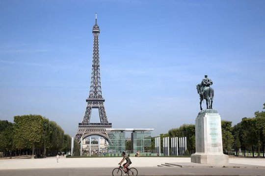 Cycling in Paris (photo credit)