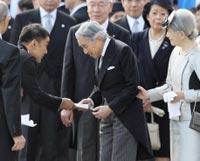 陛下に手紙を渡す山本太郎参院議員