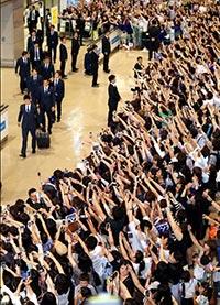 大勢のファンに出迎えられ日本代表が帰国