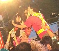 一人の男性ファンに熱いキス