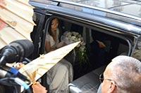 教会前に黒のベンツで乗りつけた宇多田ヒカル
