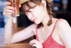 お酒好きの町中華姐さん高田秋 初写真集で丸出しシースルーのお尻がヤバかったw