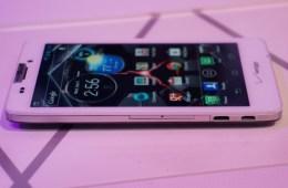 Motorola-RAZR-HD-9-575x382