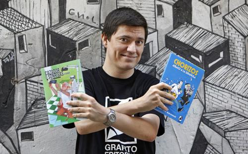 fotografia de Guillermo Morales, editor de GRAFITO EDITORIAL con dos de sus cómics