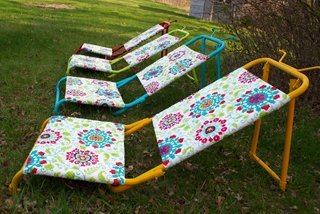 Outdoor sun loungers DIY cheap and inexpensive upcycle out of old goose hunting chairs and walmart outdoor table cloths tips and tutorials