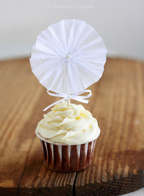 add-festivity-to-cupcakes-with-a-tissue-paper-rosette-624x935