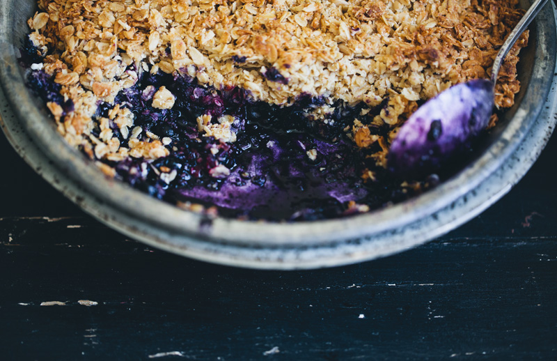 Black_and_blueberry_crumble_1