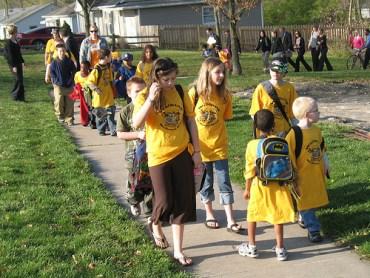 "Israeli Parents Organize ""Walking Bus"" to Transport Schoolchildren"