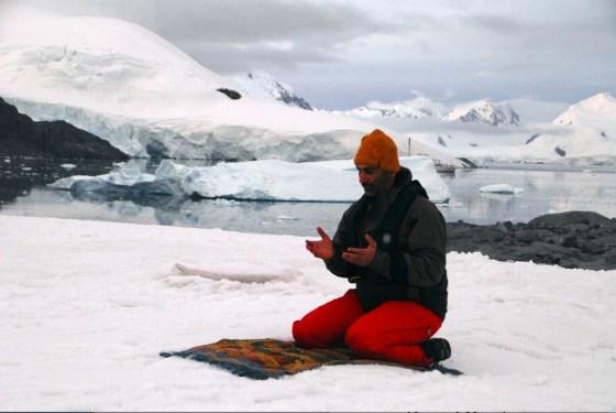green sheik sheikh abdulaziz UAE praying snow